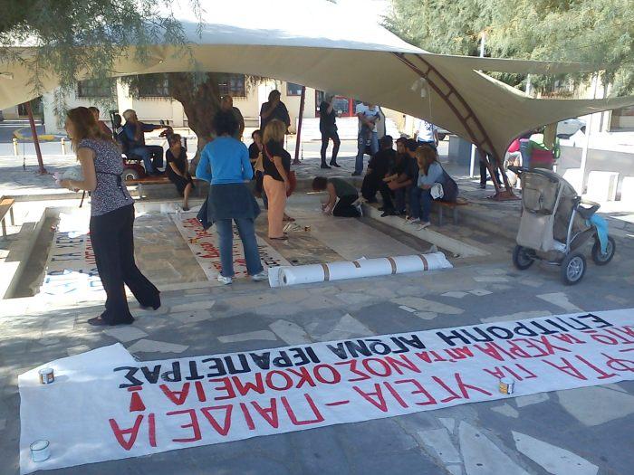 Η φωτογραφία της ημέρας: η Επιτροπή Αγώνα ετοιμάζει τα πανό για Νοσοκομείο και την αγροτική κινητοποίηση